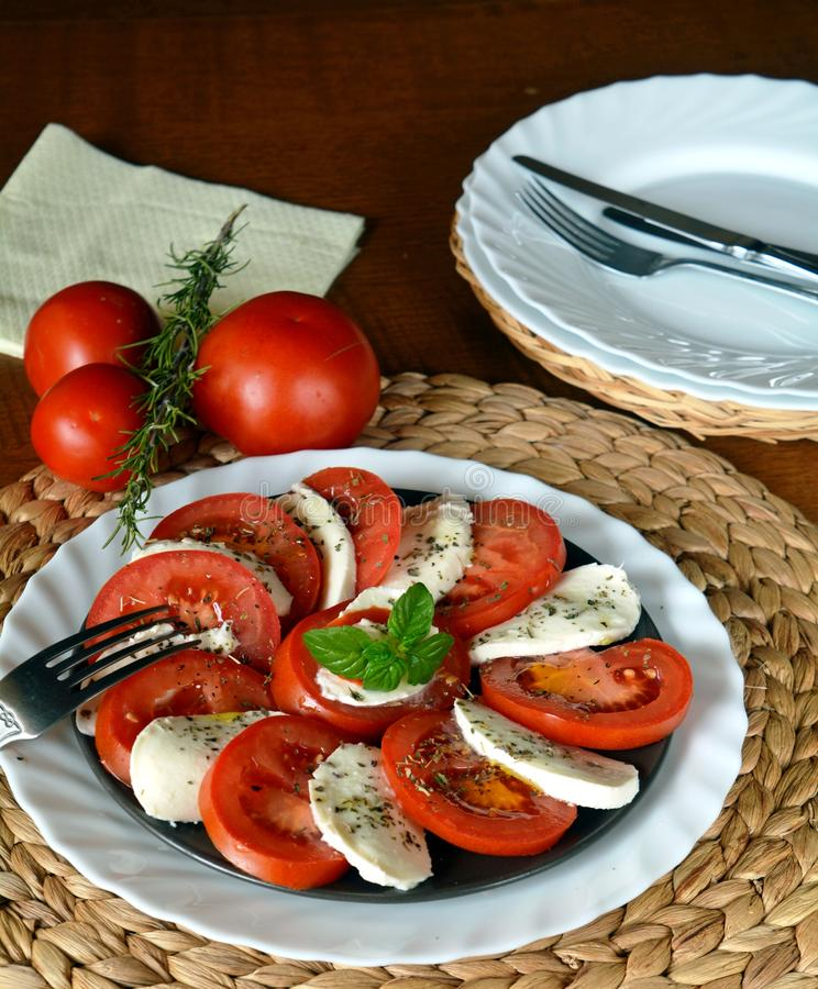 Insalata della verdura fresca con la mozzarella, il pomodoro ed il basilico fotografia stock libera da diritti
