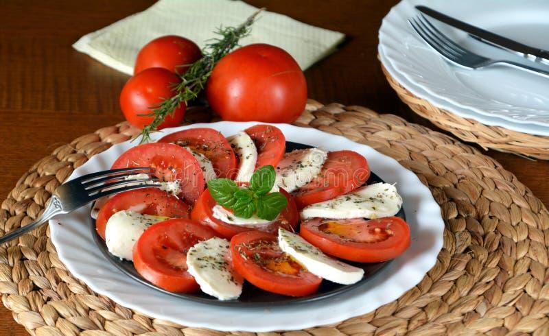 Insalata della verdura fresca con la mozzarella, il pomodoro ed il basilico fotografie stock libere da diritti