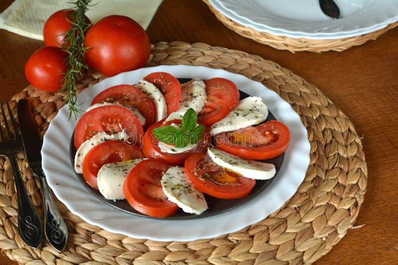 Insalata della verdura fresca con la mozzarella, il pomodoro ed il basilico immagini stock libere da diritti