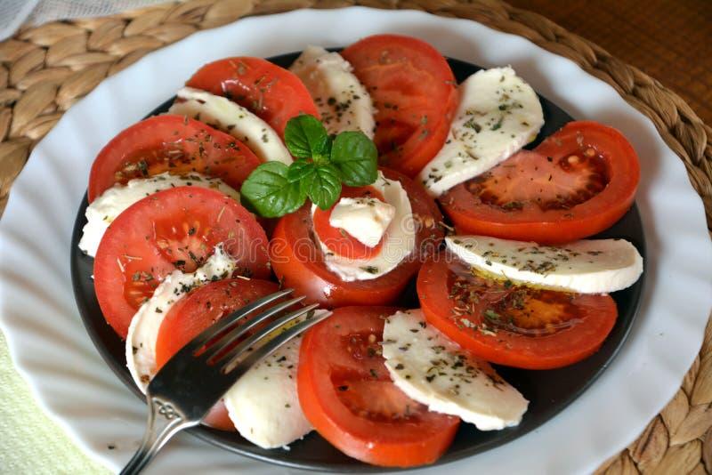 Insalata della verdura fresca con la mozzarella, il pomodoro ed il basilico fotografie stock