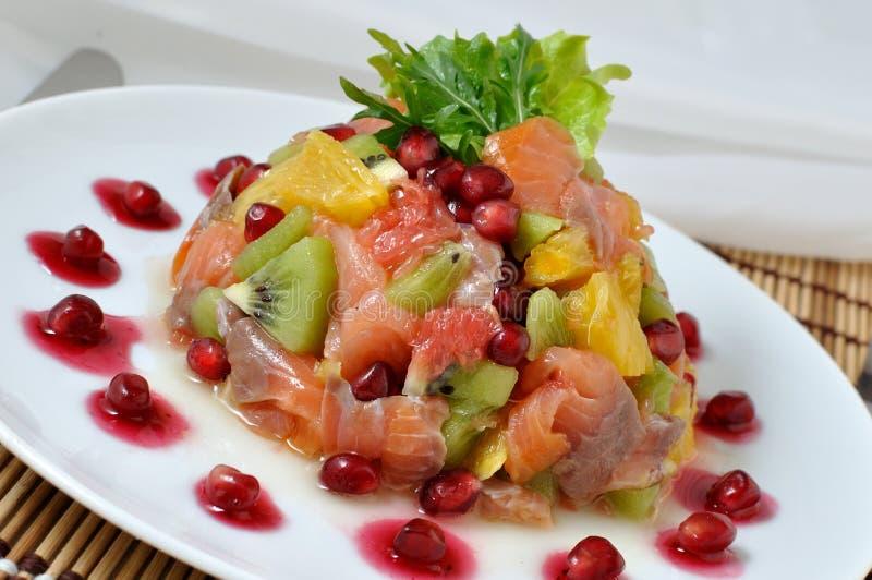 Insalata di color salmone con frutta immagine stock