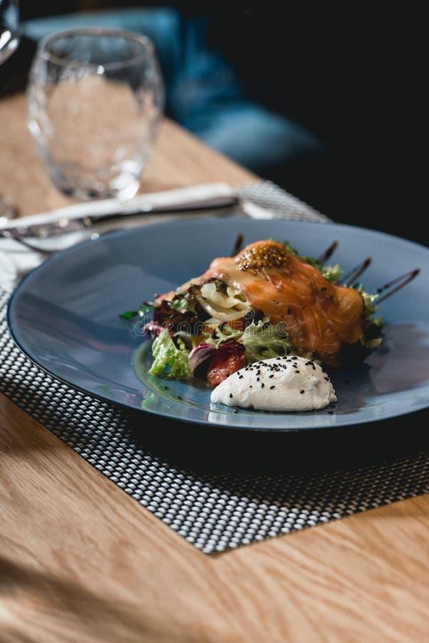 Insalata di color salmone deliziosa con l'uovo in un ristorante piccola parte immagine stock