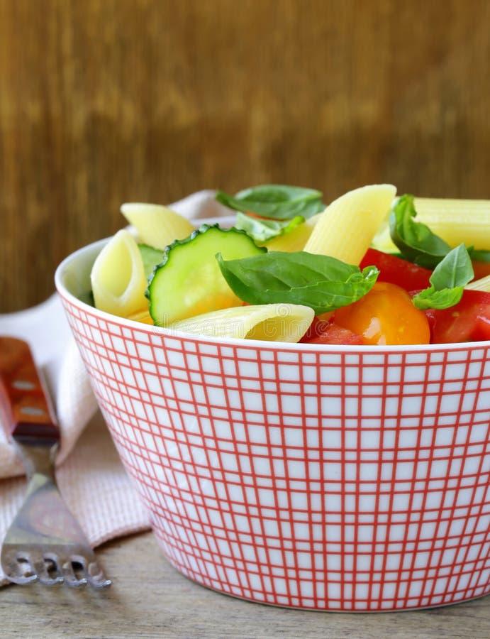 Insalata di pasta con i cetrioli, pomodori immagini stock