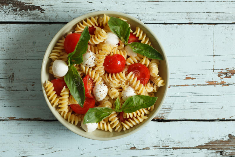 Download Insalata Di Pasta Con I Pomodori Ciliegia E Le Foglie Del Basilico Immagine Stock - Immagine di basilico, italia: 30828855