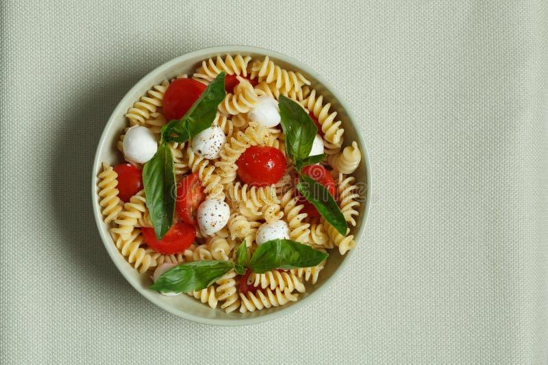 Download Insalata Di Pasta Con I Pomodori Ciliegia E Le Foglie Del Basilico Fotografia Stock - Immagine di sano, colourful: 30828894
