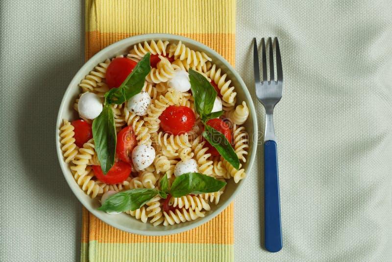 Download Insalata Di Pasta Con I Pomodori Ciliegia E Le Foglie Del Basilico Immagine Stock - Immagine di italia, mozzarella: 30828909