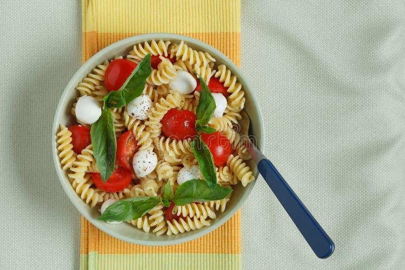 Download Insalata Di Pasta Con I Pomodori Ciliegia E Le Foglie Del Basilico Fotografia Stock - Immagine di formaggio, basilico: 30828924
