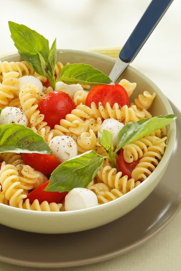 Download Insalata Di Pasta Con I Pomodori Ciliegia E Le Foglie Del Basilico Immagine Stock - Immagine di maccheroni, antipasto: 30829027