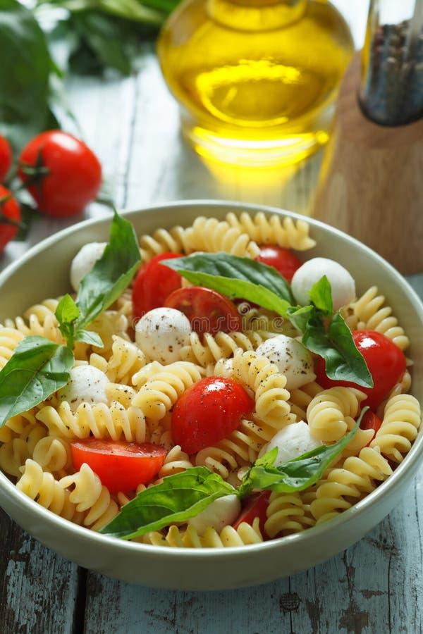 Download Insalata Di Pasta Con I Pomodori Ciliegia E Le Foglie Del Basilico Fotografia Stock - Immagine di domestico, squisito: 30829064