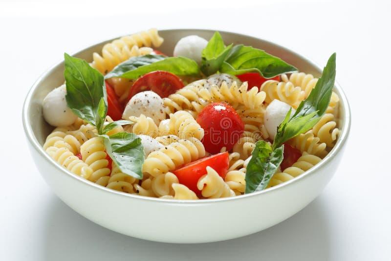 Download Insalata Di Pasta Con I Pomodori Ciliegia E Le Foglie Del Basilico Fotografia Stock - Immagine di alimento, sano: 30829076
