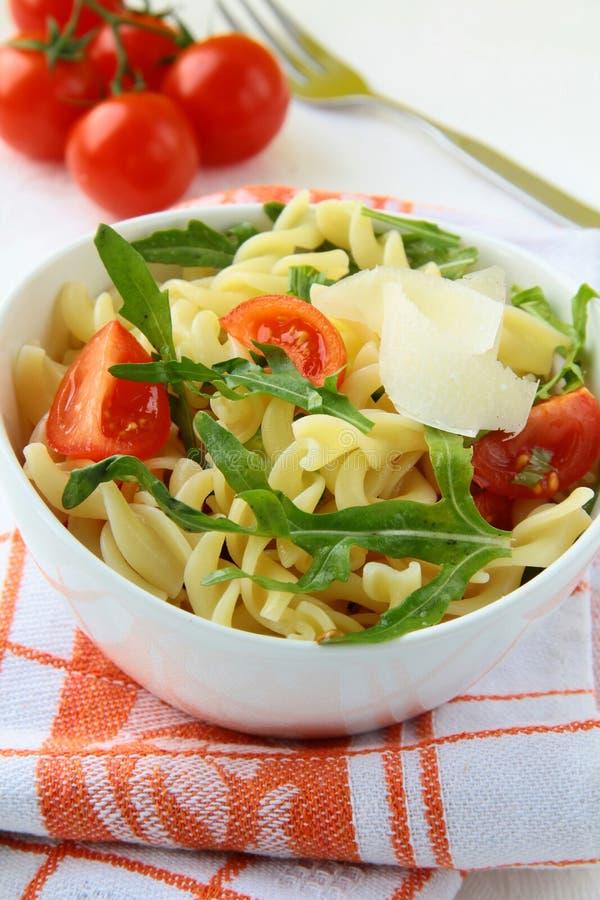 Insalata di pasta con i pomodori e il arugul immagini stock libere da diritti