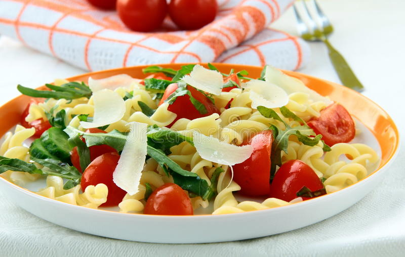 Insalata di pasta con i pomodori e il arugul fotografia stock