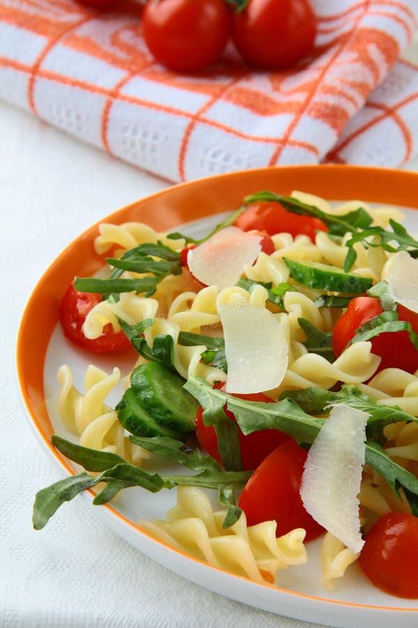 Insalata di pasta con i pomodori ed il arugula fotografia stock