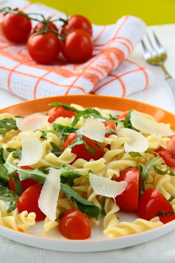 Insalata di pasta con i pomodori ed il arugula fotografie stock