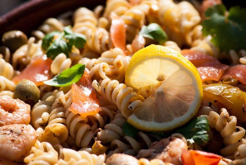 Insalata di pasta di color salmone immagini stock