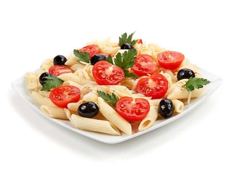 Insalata di pasta nel piatto isolato su fondo bianco fotografia stock libera da diritti