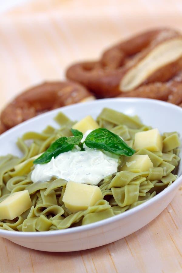 Insalata di pasta verde con la ricotta ed il yogurt immagini stock