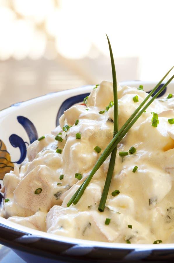 Insalata di patata con la erba cipollina fotografia stock