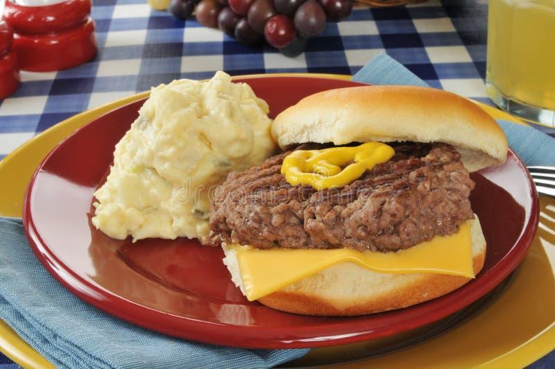 Insalata di patata e del cheeseburger fotografia stock libera da diritti
