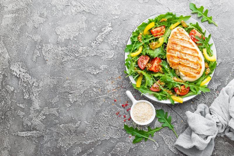 Insalata di pollo Insalata della carne con il pomodoro fresco, il peperone dolce, la rucola ed il raccordo arrostito del pollo de immagine stock
