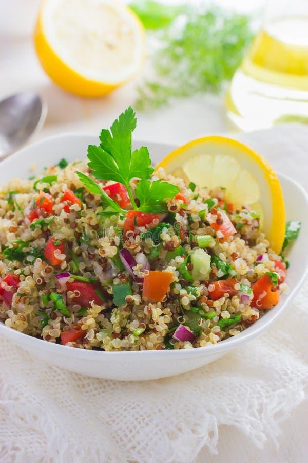Insalata di tabulé con la quinoa, il prezzemolo e le verdure immagine stock libera da diritti