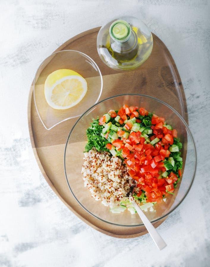 Insalata di tabulé della quinoa su una tavola di legno fotografie stock