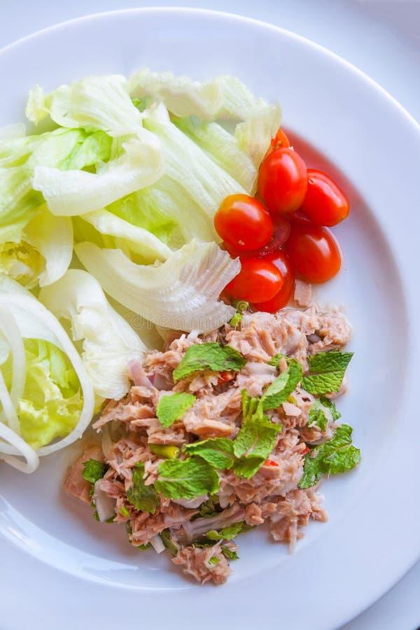 Insalata di tonno tagliata fresca con spinaci immagini stock