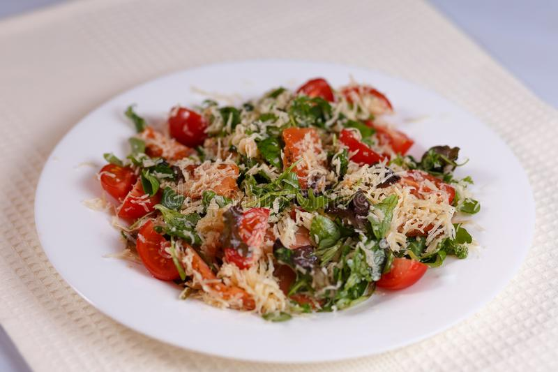 Insalata di verdi, dei pomodori, del pesce, del formaggio e della salsa immagini stock libere da diritti