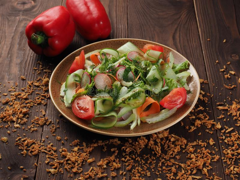 Insalata di verdura fresca in un piatto sulla tavola immagine stock