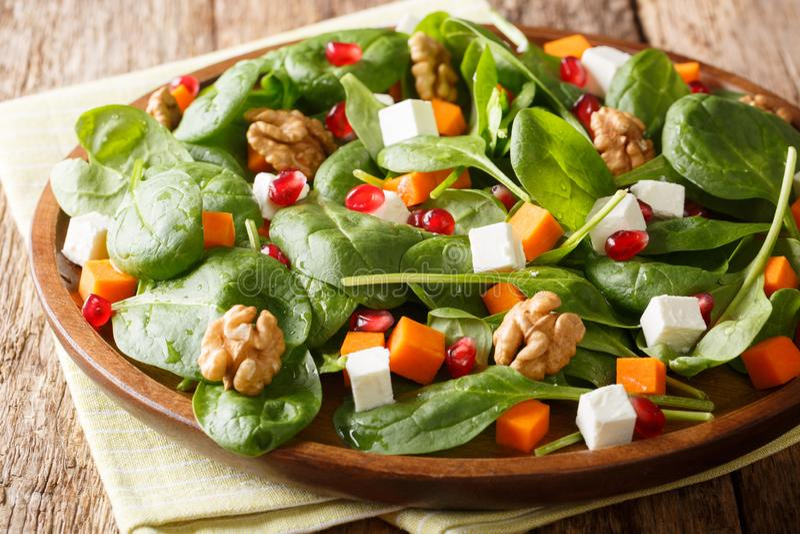 Insalata di verdure appena preparato fatta dal primo piano della zucca, degli spinaci, del formaggio di capra, delle noci e dei s immagini stock