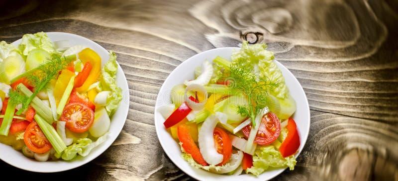 Insalata di verdure appena preparato - pasto sano fotografia stock