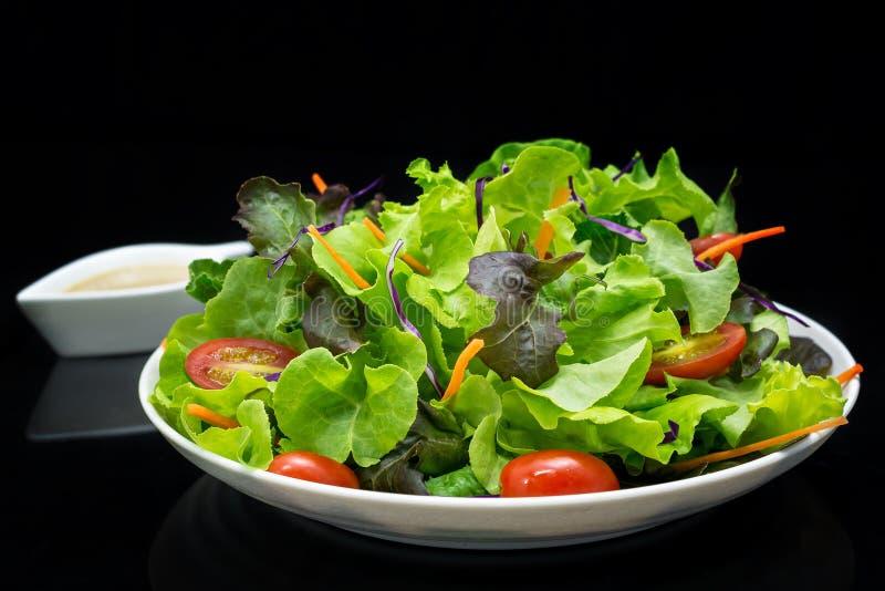Insalata di verdure con fondo nero fotografia stock