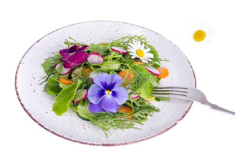 Insalata di verdure con i fiori commestibili su fondo bianco fotografia stock