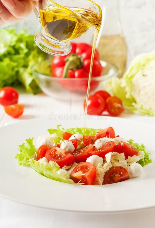Insalata di verdure con i pomodori ciliegia, mozzarella, verdi fotografia stock libera da diritti