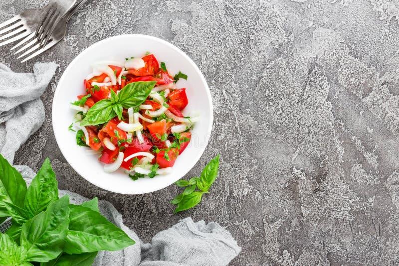 Insalata di verdure con il pomodoro, il basilico e la cipolla freschi fotografia stock