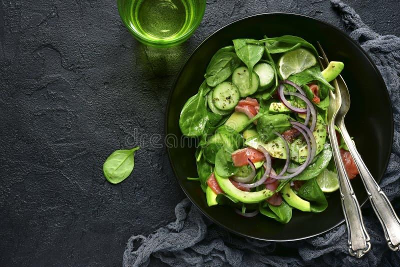 Insalata di verdure con il salmone salato Vista superiore fotografia stock