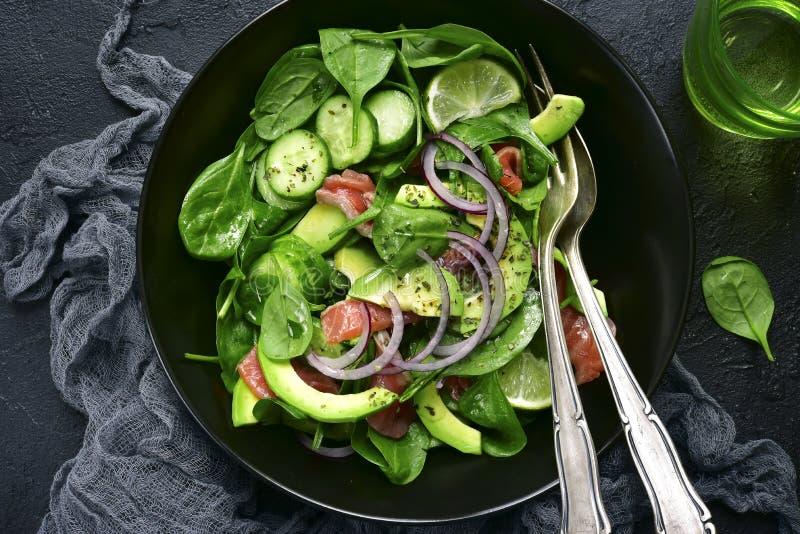 Insalata di verdure con il salmone salato Vista superiore immagine stock