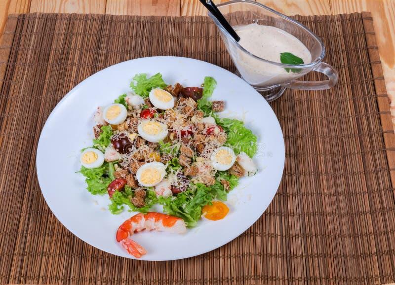 Insalata di verdure con le code del gamberetto e le uova di quaglia bollite immagine stock libera da diritti