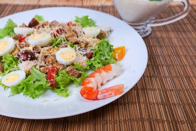 Insalata di verdure con le code del gamberetto ed il primo piano bollito delle uova di quaglia immagini stock libere da diritti