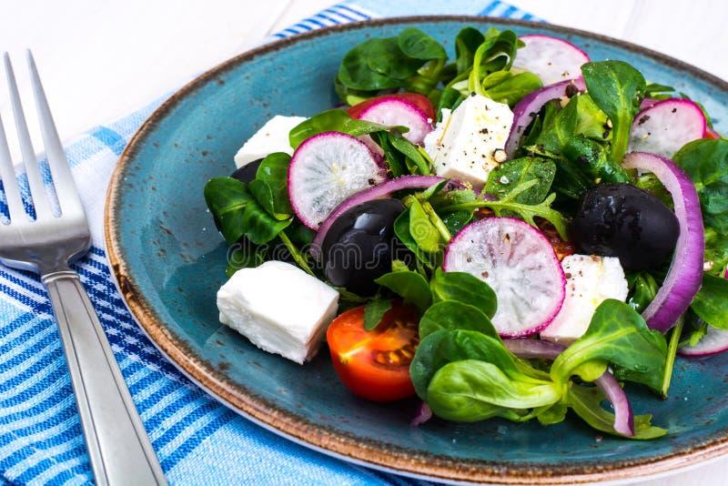 Insalata di verdure con le olive nere e la feta fotografia stock