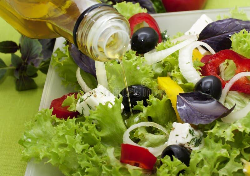 Insalata di verdure con olio fotografia stock