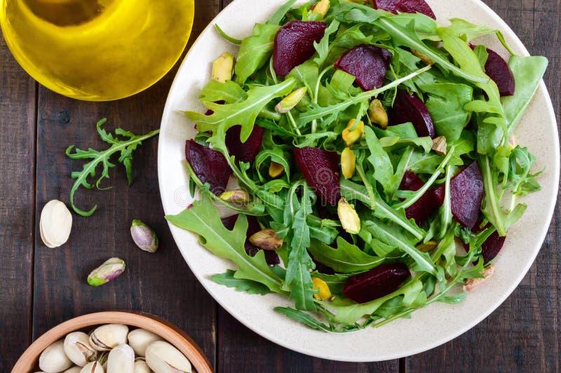 Insalata di verdure della vitamina del vegano dalle barbabietole, dalla rucola e dai pistacchi fotografia stock