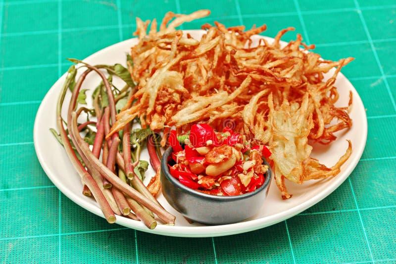 Insalata di verdure mista piccante ed acida popolare tailandese di ricetta, con la f fotografie stock libere da diritti