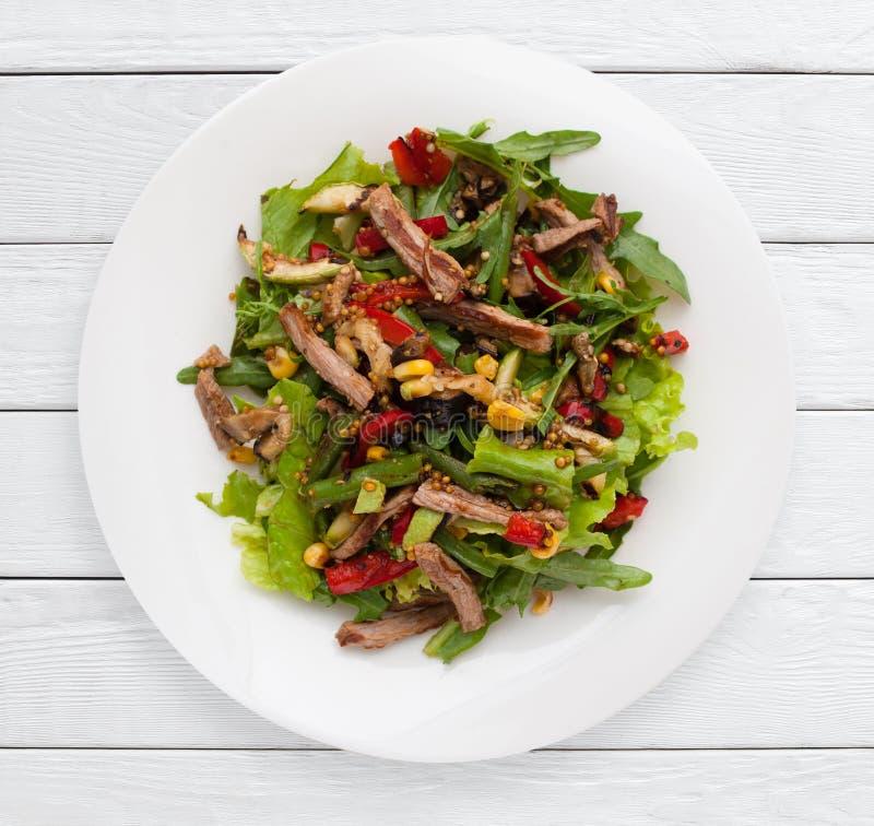 Insalata di verdure multicolore con carne arrostita fotografia stock libera da diritti