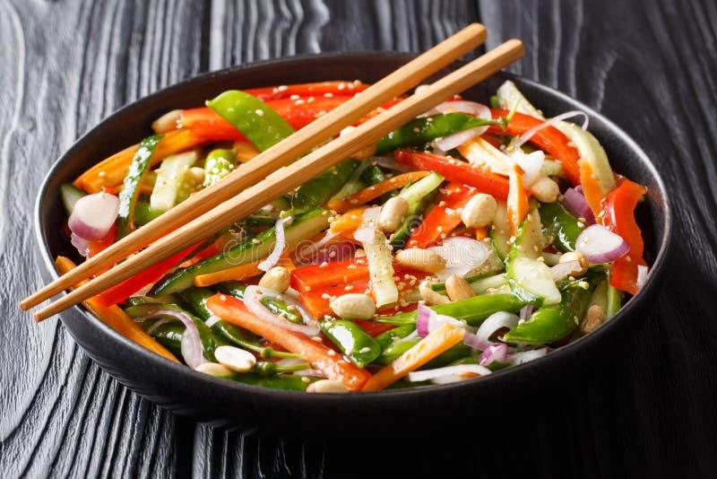 Insalata di verdure sana con sesamo ed il primo piano delle arachidi su un piatto Stile asiatico orizzontale fotografie stock