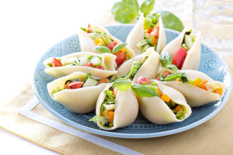 Insalata di verdure servita nelle coperture della pasta fotografie stock