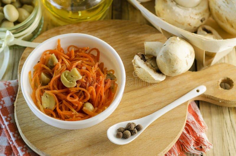 Insalata e carota con i funghi marinati fotografia stock libera da diritti