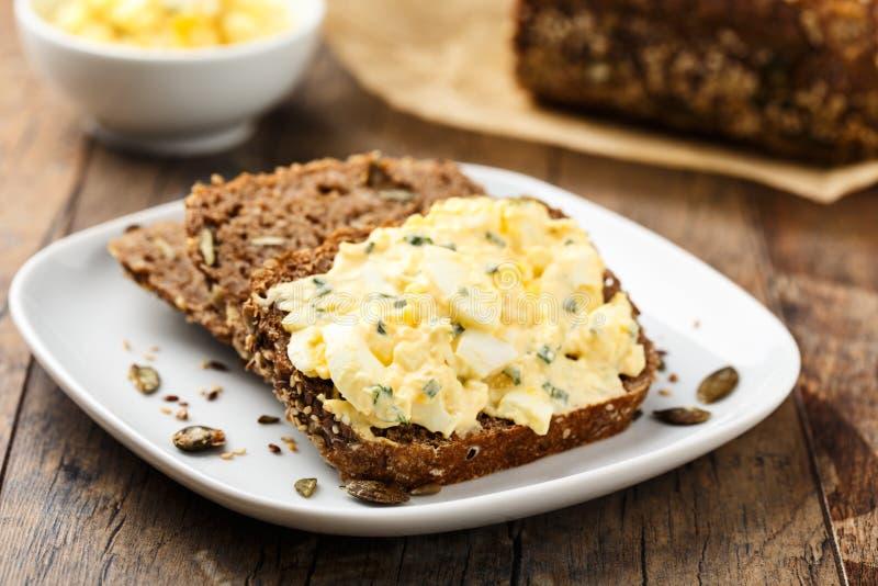 Insalata e pane dell'uovo immagini stock