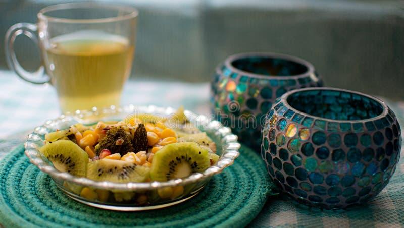 Insalata e tè verde sani: Fotografia dell'alimento fotografie stock libere da diritti