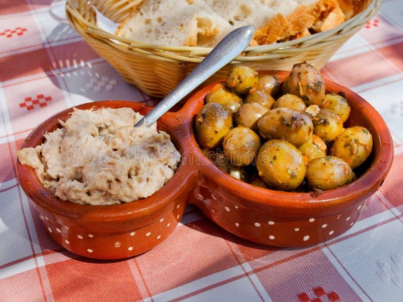 Insalata ed olive di tonno marinate in vinaigrette Aperitivi italiani e portoghesi fotografia stock